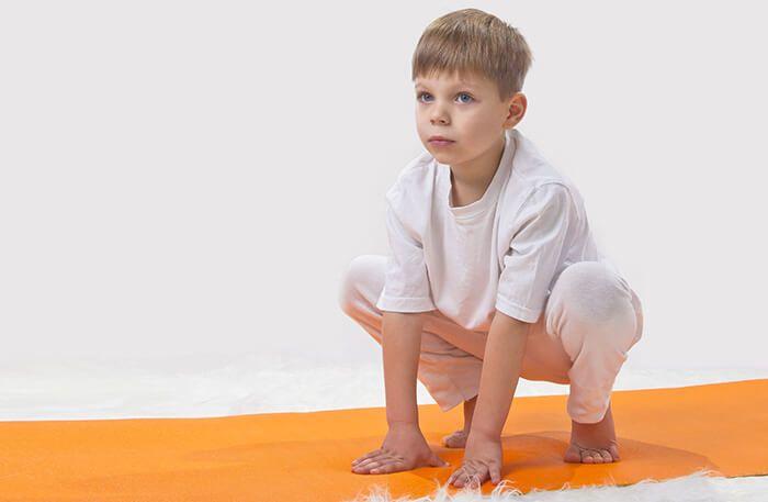 Pose do sapo: equilibrando-se nas pontas dos pés, agache-se e mantenha os joelhos bem abertos. Então, respire fundo e solte o ar enquanto coloca os pés inteiros no chão até se sentar.