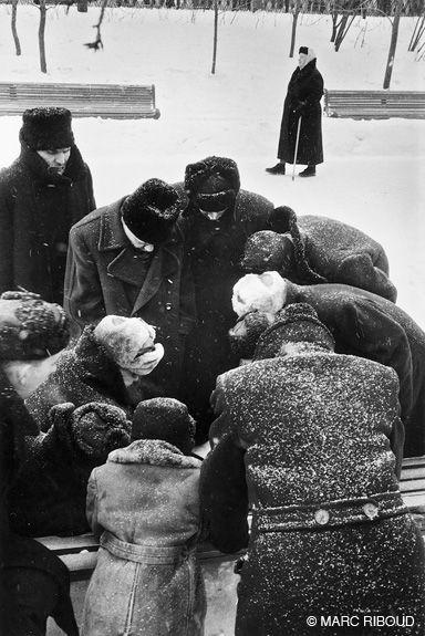 Marc Riboud // Russia - Moscow, 1960 Я так думаю, что тут в шахматы играют. На морозе-то.