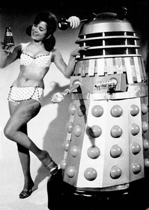 Des femmes et des robots vintages
