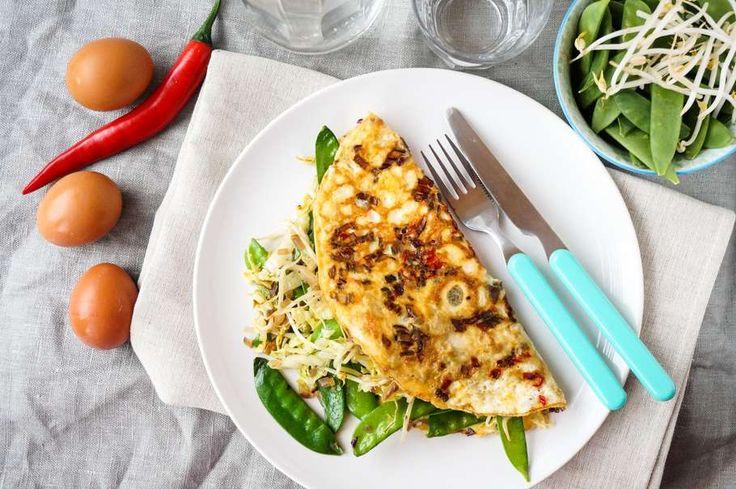 Recept voor oosterse omelet-wrap voor 4 personen. Met zout, olijfolie, peper, ei, sugar snap, Chinese kool, rode ui, rode peper, taugé, gemalen komijn, kurkuma en nootmuskaat