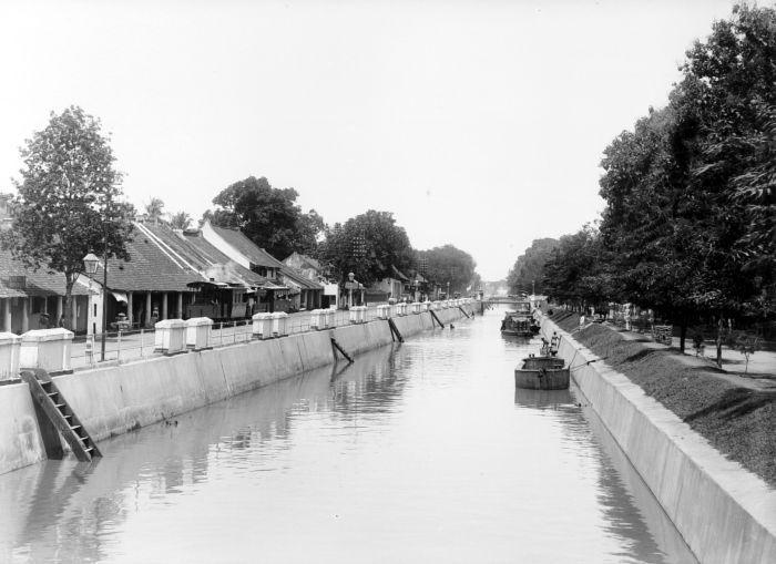 1900-1930: Trem uap di sepanjang Molenvliet, Batavia.