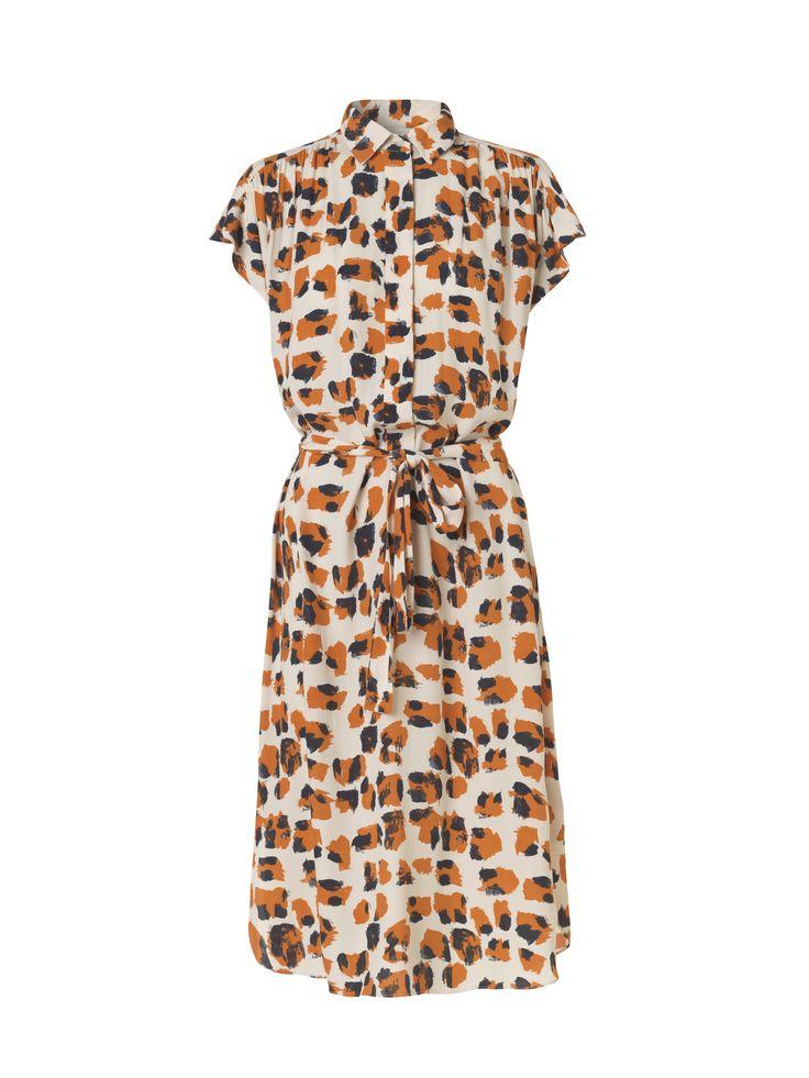By Malene Birgers printede skjortekjole er flatterende til alle og har knapstolpe, hætteærmer og et aftageligt bælte i taljen, der kan bruges til at indsnævre den løse silhuet. Style kjolen med flade sko til en dag på kontoret.