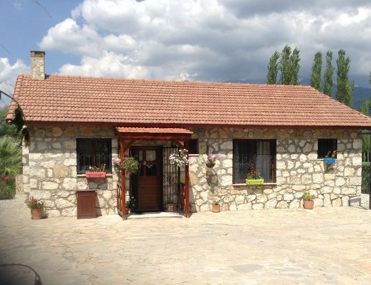 Stunning stone bungalow set in the Turkish countryside, close to Kemer & Fethiye towns. Set on a large plot with private swimming pool. Reduced to only £85,000 (furnished)