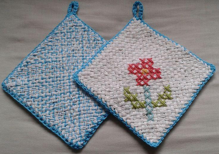 Agarraderas tejidas en telar y bordadas en punto cruz