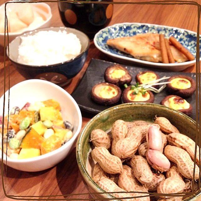 生の落花生を頂いたので、塩茹でにしました(o^^o) 椎茸は大きかったのに焼きすぎて小さくなっちゃった(T ^ T) - 88件のもぐもぐ - 塩茹で落花生*かぼちゃとさつまいもとお豆のサラダ*椎茸のマヨ焼*さわらの西京焼 by harinezumi531