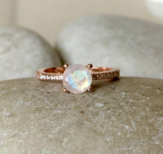 Un clásico 4 clavijas ajuste cuenta con un impresionante natural facetado Rainbow piedra lunar complementa con zirconia cúbico o diamante dependiendo del material seleccionado. Este anillo es un anillo precioso de compromiso/promesa. Envuelto en una caja de la marca Belesas listo para regalar. Información de anillo ------------------------------- Plata esterlina cuenta con CZs 9 k, 14k y 18 k características F-G VVS1 color diamantes Piedra de la luna mide 5mm, pesa 0.60cts Espesor de…