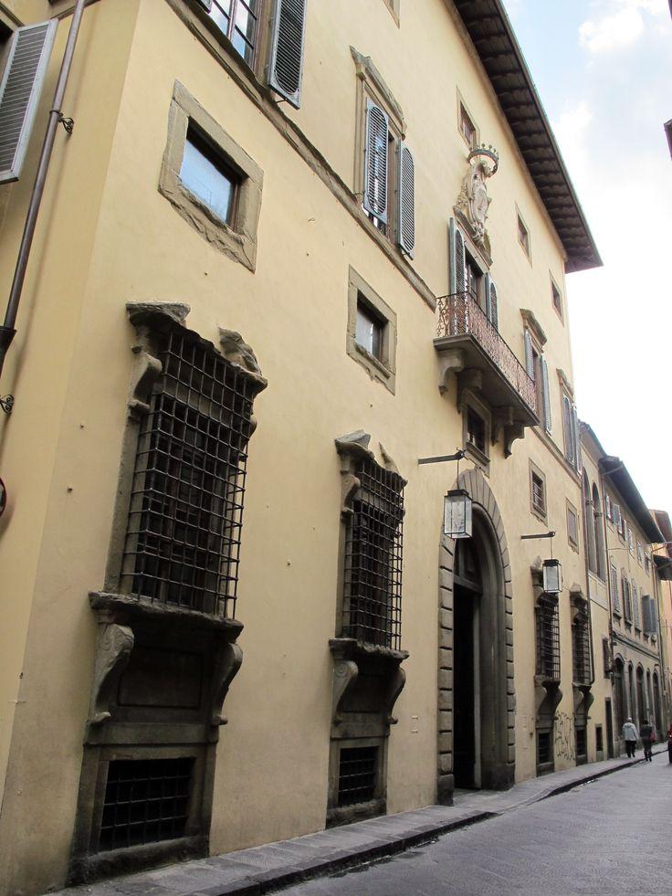 Palazzo Ximenes de Sanlago, Via Giuseppe Giusto 9, Firenze, della donna Isabella Fabrizia Ruffo di Calabria.
