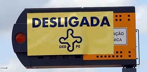DER desliga lombadas eletrônicas até a quinta-feira pós Carnaval  Com o objetivo de evitar engarrafamentos nas estradas que ligam a capital pernambucana aos litorais Norte e Sul pernambucanos, o Departamento de Estradas de Rodagem (DER) desligou parte das lombadas eletrônicas localizadas nas rodovias estudais.    As lombadas eletrônicas da PE-60 (Cabo de Santo Agostinho e Ipojuca), PE-35 (Itapissuma) e PE-27 (Aldeia) foram desligadas às 6h desta sexta (8) e serão religadas às 6h da quinta-f