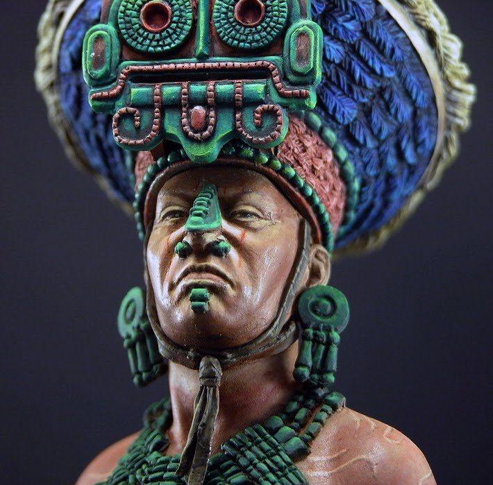 Tocado alusivo al dios Tlaloc. Se le reconoce por sus colmillos y la forma de sus ojos.