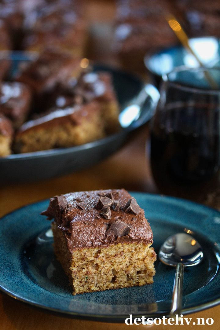 Her kommer et tips om en deilig langpannekake med smak av krydder, kaffe og sjokolade, som passer godt til kalde vinterdager. Denne krydderkaken er veldig rask å lage; du bare rører sammen deigen og så er den klar for steking! Surmelk gjør kaken ekstra myk og god. Kaken inneholder samme type krydder som man vanligvis bruker i pepperkaker: Malt kanel, kardemomme, ingefær og nellik. Glasuren smaker sjokolade og kaffe, og er kjempegod sammen med kryddersmaken på kaken. Oppskriften er til stor…