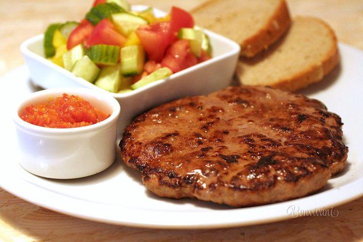 Známa mäsová pochúťka z balkánskej kuchyne. Pripravuje sa zo štyroch druhov mletého mäsa - hovädzie, bravčové, jahňacie a teľacie.