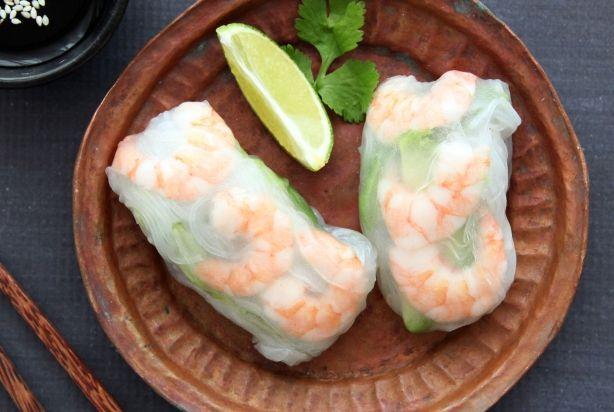 Deze summer rolls met garnalen en avocado zijn een super voorgerechtje. Naast de garnalen en de avocado zijn de rolls lekker gevuld met een reepje paksoi, lente-ui, één theelepel wasabimayo en rijstnoedels. Maak een lekkere ponzusaus van sojasaus, mirin, limoensap, rijstazijn en sesamzaadjes om te serveren bij de summer rolls. Geniet ervan!