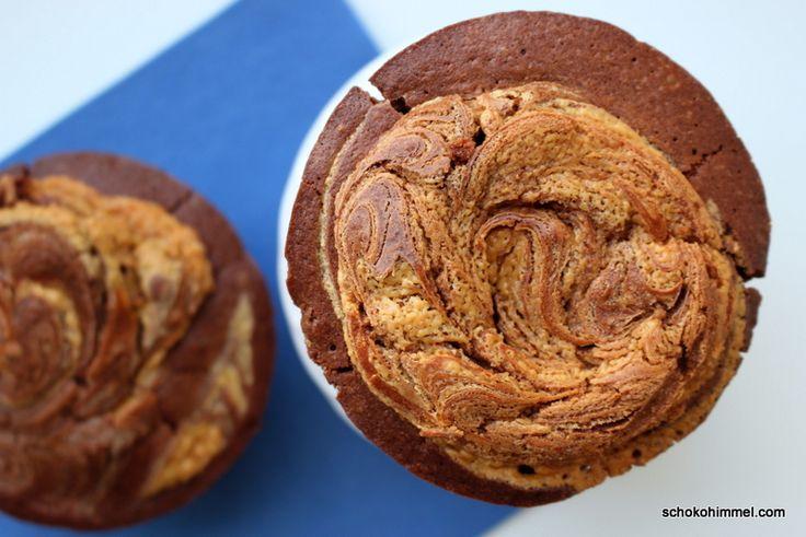 Ihr kennt meine Schwäche für süßes, großes, amerikanisches Gebäck!? (Ja, auch bei diesen Temperaturen…  ) Höchste Zeit also für die nächste Zucker-Butter-Ladung. Ich habe Schoko-Peanutbutter-Muffins in der Jumbo-Variante aus dem Martha Stewart-Cupcake-Backbuch gezaubert. Im Original: Peanut Butter-Filled Chocolate Cupcakes. Das ist quasi Musik in meinen Ohren. In euren vielleicht auch? Wenn ihr die Kombi … … Weiterlesen →