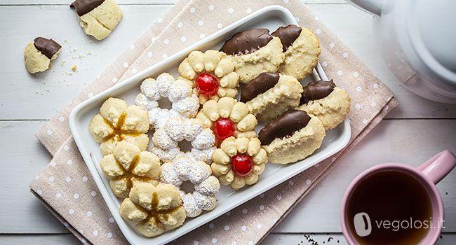 I biscotti di frolla montata vegan con la pistola sparabiscotti sono semplici e veloci da preparare, friabili e deliziosi sia alla vista che al palato.