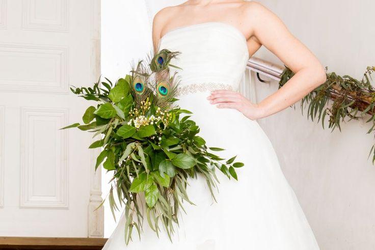 Gorgeous wedding bouquet GREENERY with peacock feathers. Photo: Wolfgang Kühn, Austria. Shooting WEDDINGZZ Hochzeitsguide