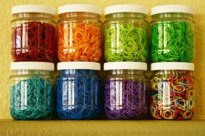 5 excellent ideas for organizing Rainbow Loom bands, mostly cheap and in any container store or drugstore.Rainbowloom, Rainbow Loom, Jars Crafts, Loomband, Rubber Bands, Loom Bands, Rainbows Loom Storage, Mason Jars, Storage Ideas
