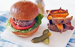 Hamburger chilis édesburgonyával Le az előítéletekkel: alacsony kalóriatartalmú, remek rostforrás, a napi ajánlott vitaminbevitel 3/5-ének felel meg, a hamburgerhúst pesig nyersen lefagyaszthatjuk.