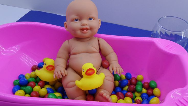 Learn Colors Baby Doll Bath Time M&M's Chocolate Candy - How to Bath Bab...