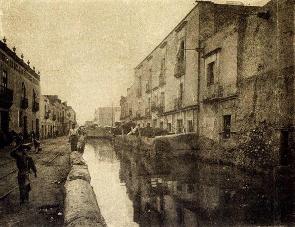 La acequia real que corría por la actual calle de Corregidora a lado de Palacio Nacional.
