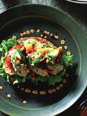 ニース風サラダがこんもり。ビジュアルもおなかも大満足なタルティーヌ。 『ELLE gourmet(エル・グルメ)』はおしゃれで簡単なレシピが満載!
