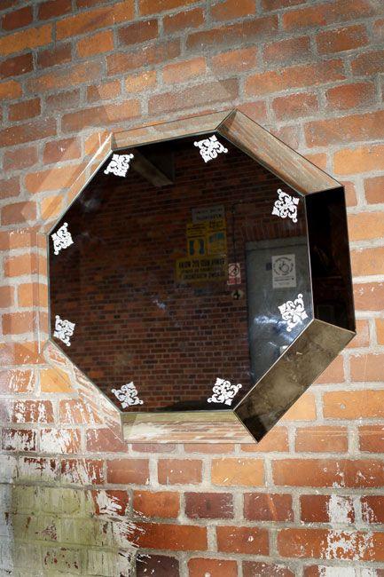 SZKLO-LUX Jaroslaw Fronczak | SPIEGEL Mi-04 -Die Spiegel gelten seit Jahren als ein hochgeschätztes Element der Innenausstattung, sie heben das Aussehen von Badezimmern hervor, geben jedem Raum eine ganz individuelle Note und schaffen eine einzigartige Stimmung. Die Firma Szkło-Lux bietet eine umfangreiche Auswahl an Wandspiegeln mit einer innerhalb von Spiegel befindlichen Gravur, die in der 3D-Technologie im Glas lasergraviert ist.