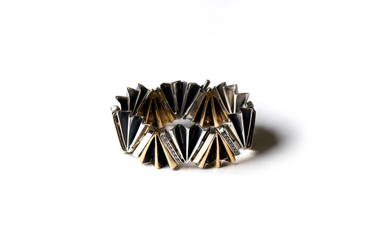 Tridimensional and sculptural bracelet. Eventail collection