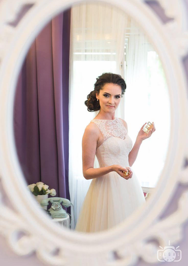 Ochii sunt oglinda sufletului. Ei reflectă caracterul unei femei și pot fi citiți asemeni unei cărți de către cel ce-i admiră.  Fotografiază naturalețea din fiecare privire și vei încropi un album de nuntă perfect!  www.degalfoto.ro - fotograf de nuntă profesionist.
