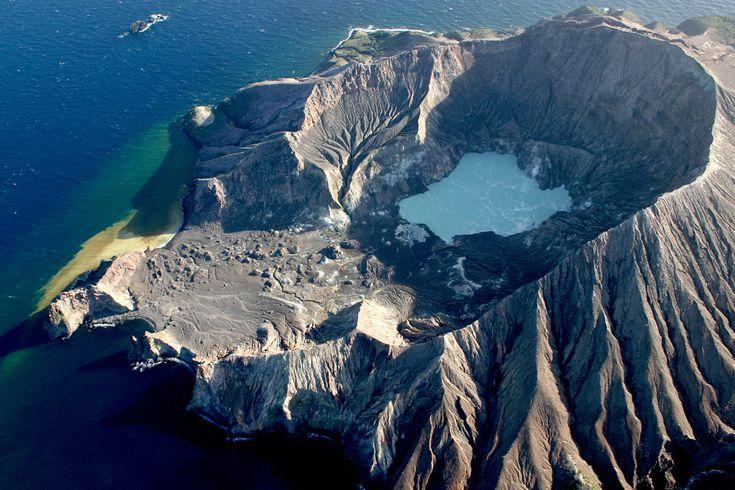 Demen Wisata Ekstrem? Jalan-Jalan Kuy Ke 5 Gunung Berapi Aktif Ini Ada Yang Di Indonesia Loh! Berani Gak?  Dagelan