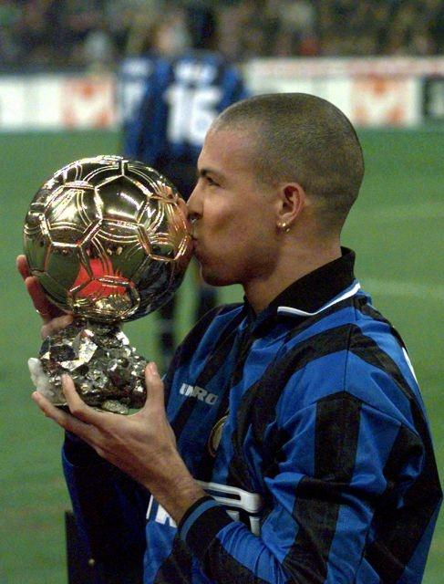 Ronaldo con el Balón de Oro en su etapa en el Inter de Milán.#jorgenca