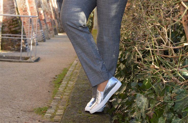Silberfarbige Sneaker zum Business Anzug - Style 40plus