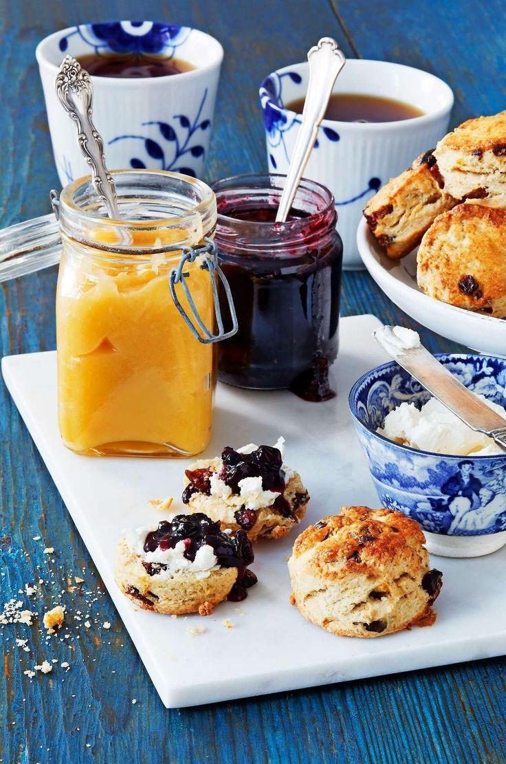 Bjud på ljuvliga tranbärsscones med lemon curd, björnbärssylt och clotted cream. Foto Susanna Blåvarg, http://www.lantliv.com/mat-vin/scones-med-tranbar-apelsin/