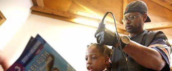 El peluquero que corta el pelo gratis a los niños que lean un libro!!!