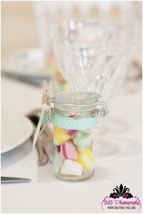 Des jolis bocaux de verres qui servent a repérer les places des invités. On les remplit de ce que la personne qui sera assise aime (bonbons, chocolats, makeup...) et voilà !