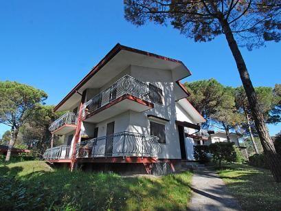"""Villa Flamicia  Appartementencomplex """"Villa Flamicia"""" van 2 verdiepingen. 4 appartementen in de woning. In het centrum van Lignano in het district Lignano Riviera rustige zonnige ligging 250 m van zee 250 m van het strand. Voor medegebruik: tuin (omheind). Barbecue. Supermarkt restaurant bar café 200 m. Let op: De afgebeelde foto is slechts een voorbeeld. Bij deze accommodatie zijn meer vergelijkbare woningen te huur.  EUR 417.00  Meer informatie  #vakantie http://vakantienaar.eu…"""