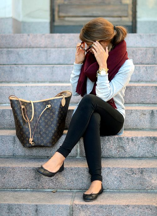 Black skinny pants or leggings, light grey or white sweater, dark red infinity scarf, and black flats.