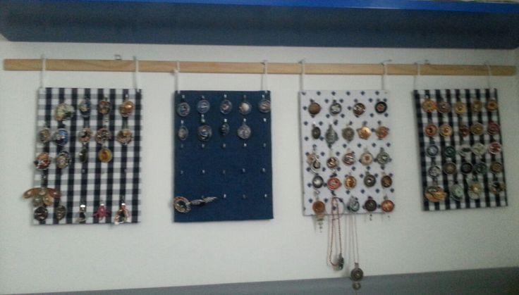 Espositore per organizzare ciondoli o collane - pannelli fatti con cartone, scampoli di stoffa e gancini