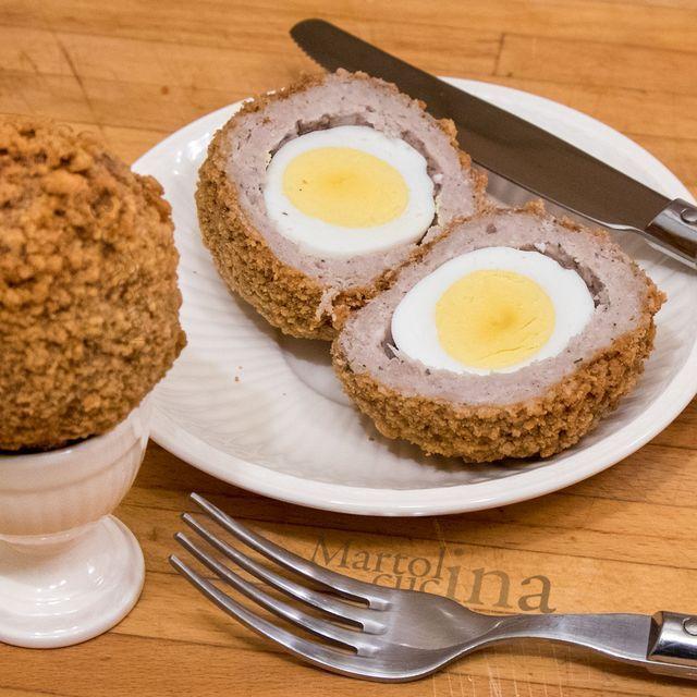 Scotch egg     Preparazione: 15 minuti Cottura: 13 minuti    Qualche anno fa, in Indonesia, ho conosciuto un ragazzo scozzese, Donald. Simpaticissimo e amante della buona cucina, abbiamo trascorso un