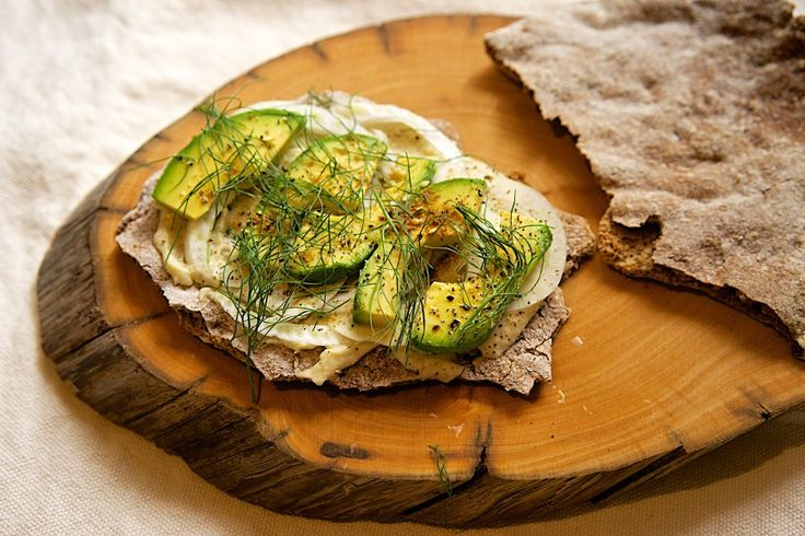 """Shaken bread """"Schuettlbrot"""" with cannellini bean aioli, fennel and avocado"""