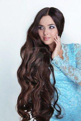 Bella Ragazza Bruna. Sano capelli lunghi ricci. Signora in abito blu guardando lontano Archivio Fotografico