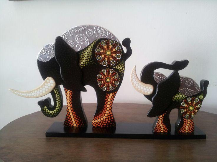 Elefantes con mandala y aplicaciones de aluminio repujado