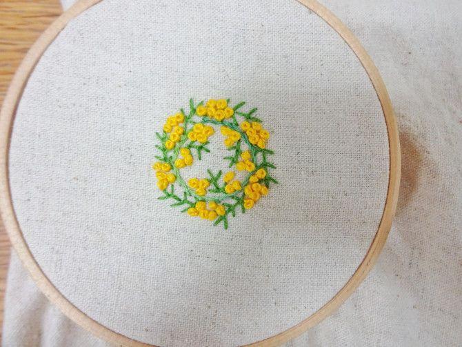 ミモザの刺繍で くるみボタン Weboo ウィーブー 自分でつくる 刺繍 図案 ボタンアート 刺繍 ミモザ