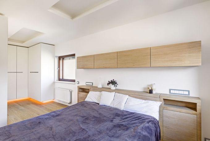 V čele postele je zabudováno ovládání veškerého osvětlení, stejně jako v hotelu