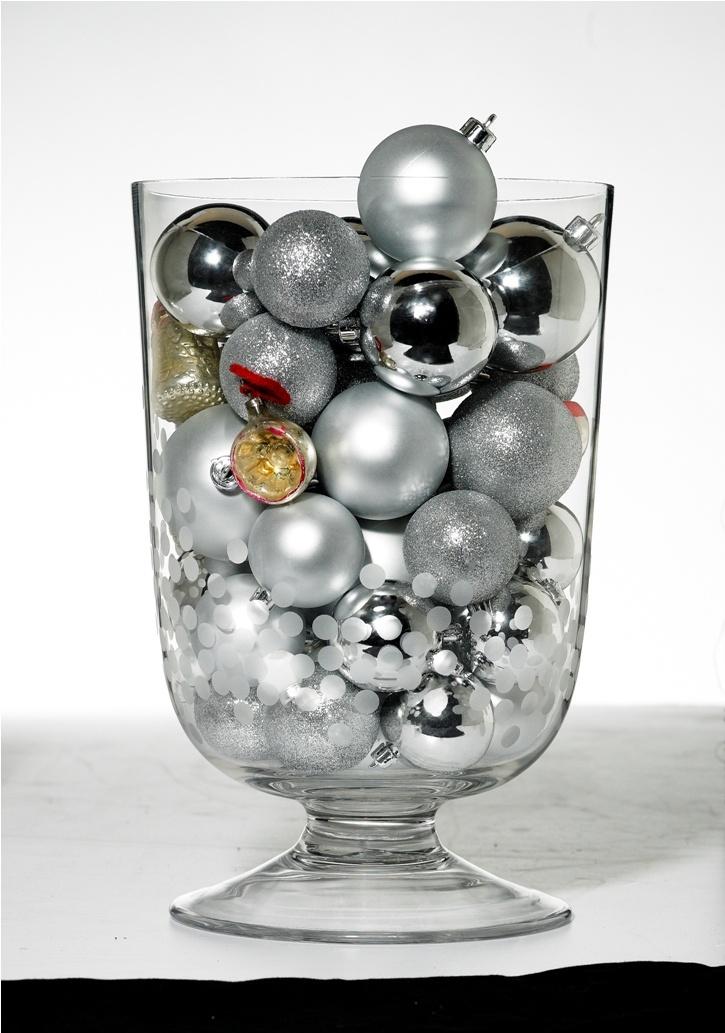 Ένα γυάλινο βάζο με μπάλες μπορεί να στολίσει  πολύ όμορφα το γιορτινό τραπέζι!