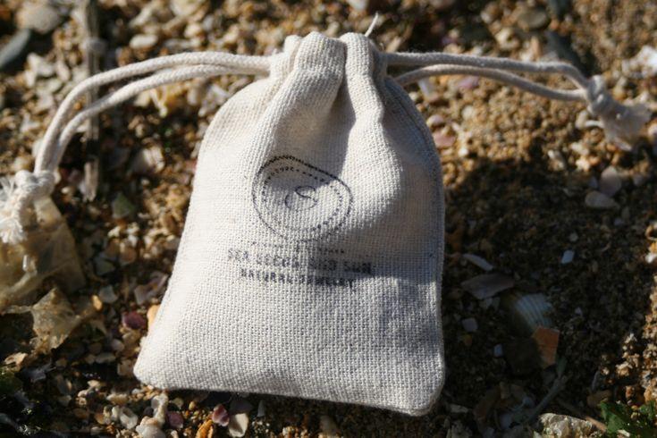 Un petit sac en toile de jute pour renfermer vos bijoux. C'est ce que je vous envoie à chaque fois avec votre paire de boucles d'oreilles. Pour éviter l'emballage plastique ravageur ou l'emballage cadeau non recyclable. Pour un futur moins pollué :)