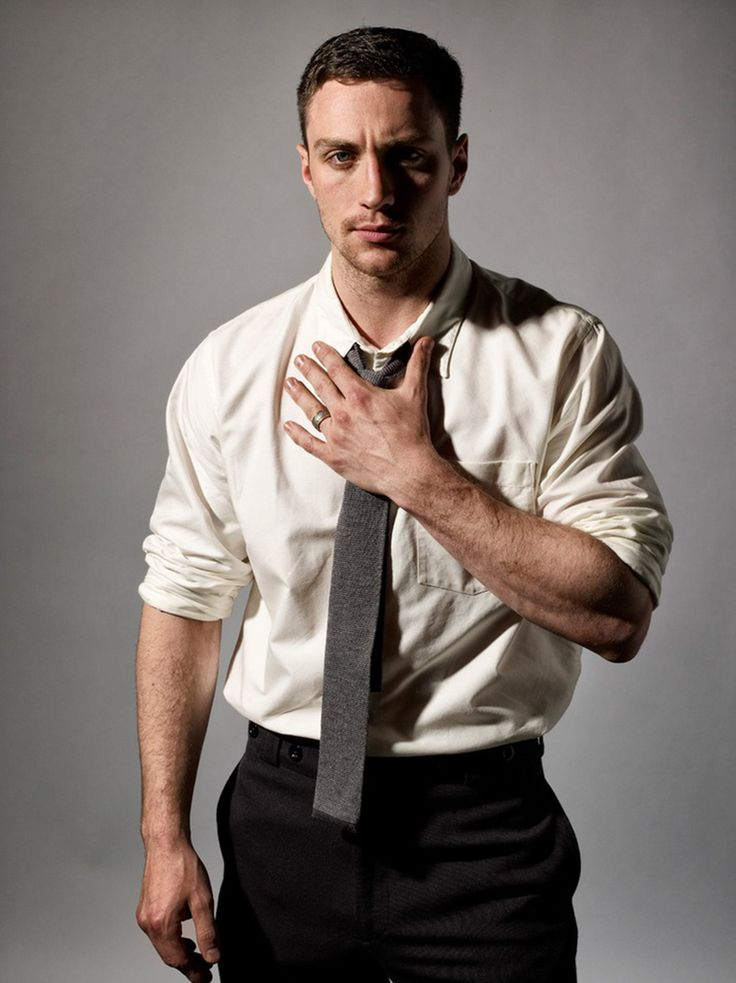 Aaron Taylor-Johnson põe o uniforme do Kick-Ass para lavar e fica só de cueca e camiseta…