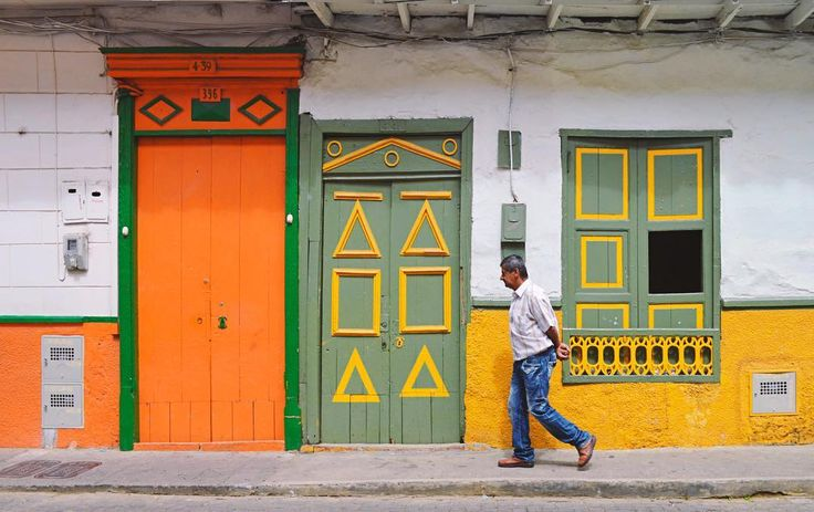Nos inspiran la colorida Jericó. Camina con nosotros.  We get inspired by the colorful Jericó. Walk with us. #SYOUandColombia #Jericó #Antioquia #colorful #door #windows #WalkWithUs