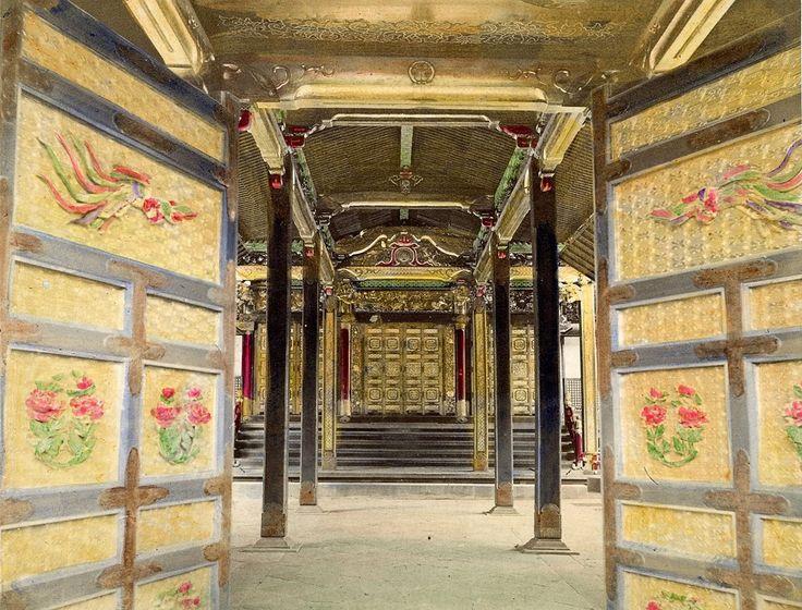 Im Inneren des Tempels (Haiden), Shiba, Tokio | 1860-1900 | Museum für Kunst und Gewerbe Hamburg | CC0