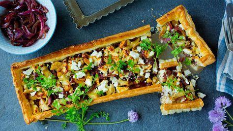 Sprø pai med kylling, karamellisert rødløk og fetaost - Godt.no - Finn noe godt å spise