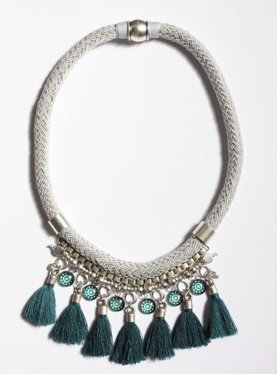 Collar corto con cordón gris, decorado con tubos y cuentas metálicas, cadena de cuadrada de zamac, colgantitos de resina y pompones verde/azulados de