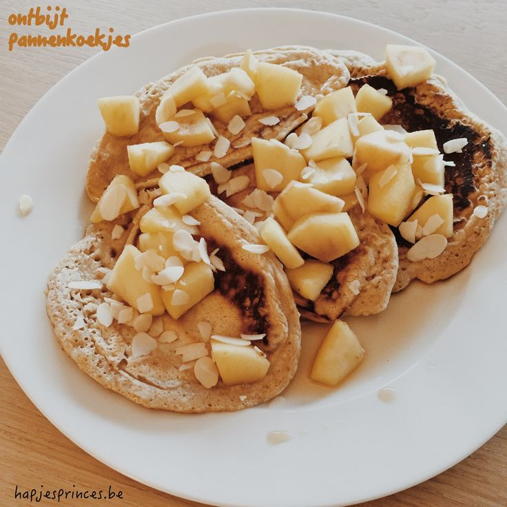 gezonde ontbijtpannenkoekjes met speltmeel en gekaremeliseerde appeltjes en ahornsiroop. Recept voor pannenkoeken als ontbijt.
